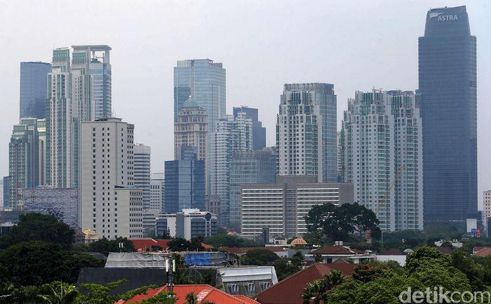 Gedung bertingkat yang sedang dalam konstruksi atau tahap pembangunan ini mencakup apartemen, hotel, dan perkantoran.