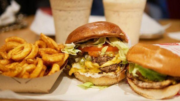 Fast food juga mengandung pengawet yang sebaiknya tak diberikan pada anak.