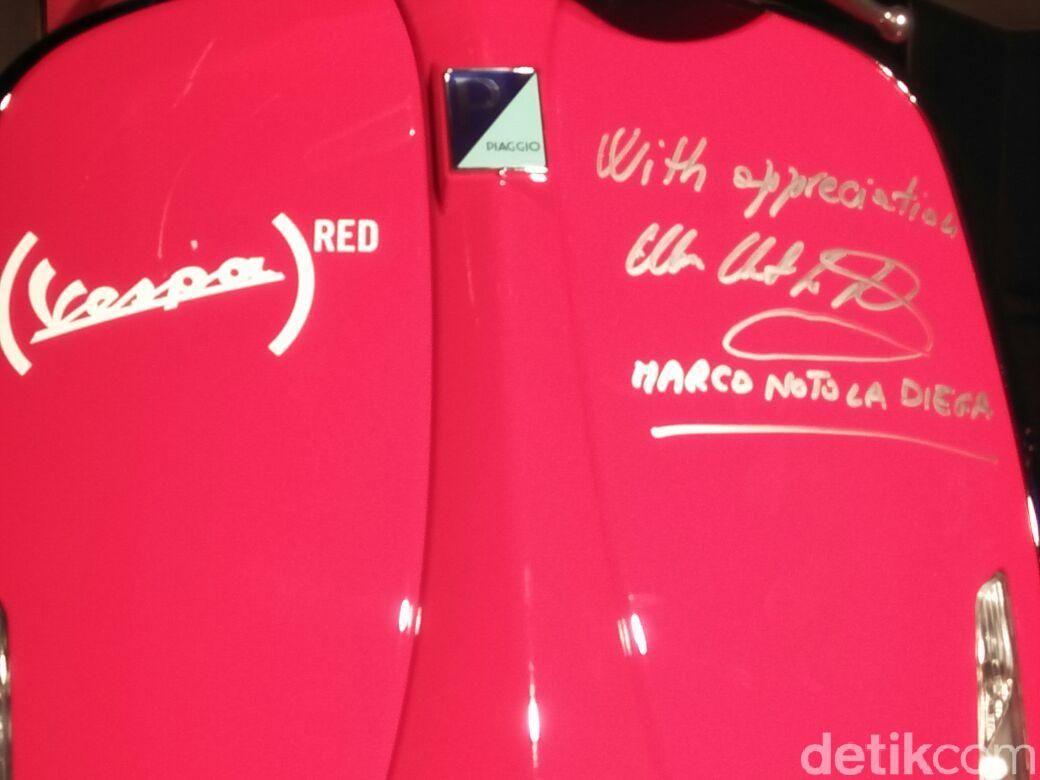Bekerja sama dengan Giorgio Armani melalui Vespa 946 Emporio Armani beberapa waktu lalu, kini Piaggio Indonesia kembali membawa skuter legendarisnya lagi yakni Vespa 946 RED. Model edisi spesial hasil kolaborasi Vespa dengan (RED) Foundation ini dibanderol Rp 199 juta on the road Jakarta.