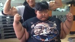Arya Permana (11) sempat membuat heboh dunia karena berat badannya yang tergolong obesitas ekstrem. Ia pun mendapat bantuan dari binaragawan Ade Rai.