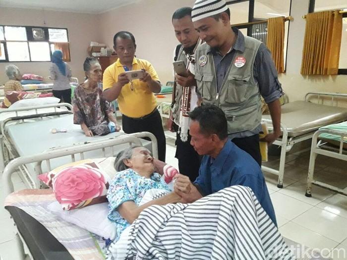Nenek Marsiyatim akhirnya bertemu anaknya setelah 55 tahun berpisah (Foto: Dok. Dinas Sosial DKI Jakarta)
