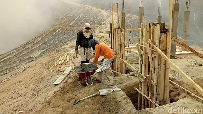 Foto: Pembangunan puncak Ijen (Ardian Fanani/detikTravel)