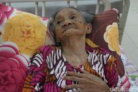 Nenek Marsiyatim asal Surabaya, Jatim