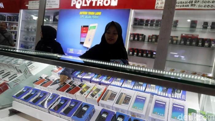 Pengunjung memadati ITC Roxy Mas, Jakarta, Jumat (03/11/2017). Saat banyak pusat perbelanjaan bertumbangan dan sepi pengunjung seperti pusat elektronik Glodok, hal berbeda justru dialami ITC Roxy Mas. Pasalnya, dalam kurun waktu 1 tahun, jumlah pengunjung di sana terus mengalami peningkatan. Grandyos Zafna/detikcom  -. Ramainya ITC Roxy Mas dikarenakan pusat perbelanjaan tersebut menjual barang khusus yaitu telefon genggam (handphone) ataupun aksesorinya yang tidak pernah mati. Lain halnya dengan Glodok yang hanya khusus menjual peralatan elektronik.