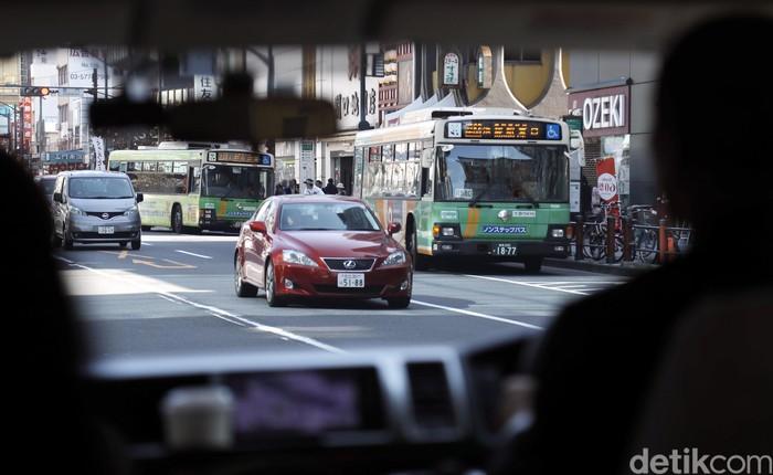 Meskipun Tokyo memiliki populasi penduduk yang sangat padat, lalu lintas di sana terlihat lengang. Polusi udara pun tergolong sedikit, bahkan cenderung bersih dan sehat.