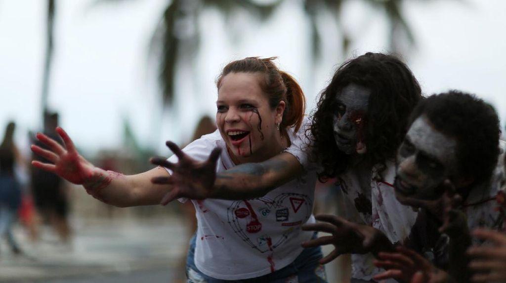 Cari Uang Selama Pandemi, Wanita Ini Jual Baju Orang Mati Sambil Jadi Zombie