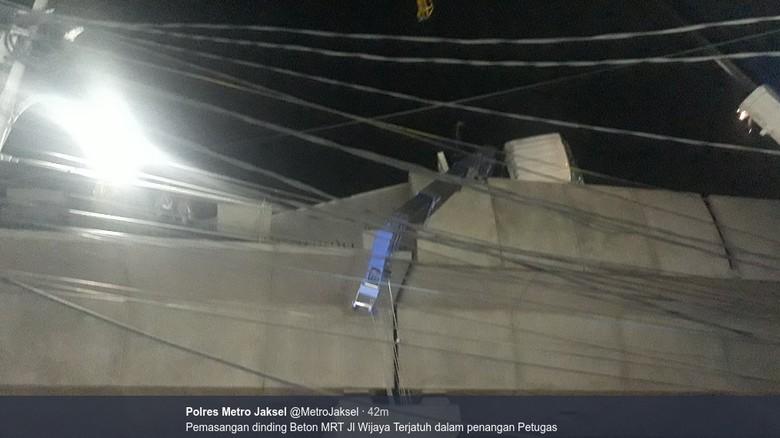 Pagar Pembatas MRT Jatuh dan Timpa Motor di Jl Wijaya Jaksel