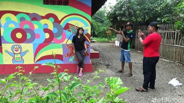 Selain menikmati suasana pedesaan yang sejuk, para pengunjung juga bisa berkeliling dan memilih spot untuk berfoto-foto bersama keluarga, dengan latar belakang rumah warna-warni. (Rinto Heksantoro/detikTravel)