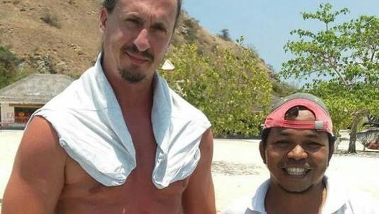 Pemandu wisata yang foto bareng bule Prancis mirip Zlatan di Pulau Kanawa (@Antonius Ndarung/Facebook)