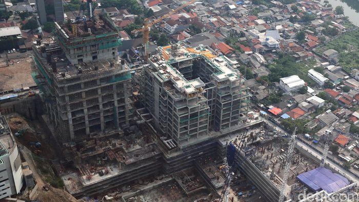 Para pekerja mengerjakan proyek gedung pencakar langit di kawasan Thamrin, Jakarta Pusat, Jumat (3/11/2017).