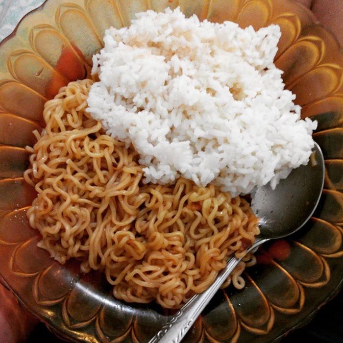 Kalau tak makan nasi, rasanya kok seperti belum makan ya? Apalagi masih saja ada yang makan mie dengan nasi, kentang dengan nasi, kan sama-sama karbohidrat. Foto: Istimewa