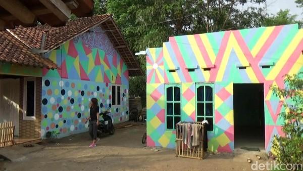 Setelah mereka bermusyawarah, terciptalah gagasan untuk mengecat semua rumah di kampung itu dengan berbagai warna agar bisa menjadi tempat wisata. (Rinto Heksantoro/detikTravel)
