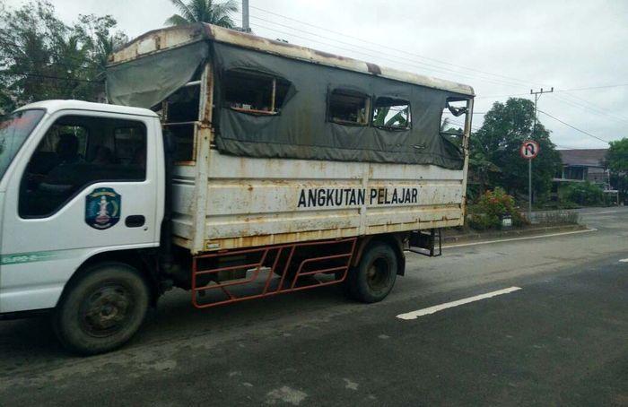 Setiap hari pelajar dilayani angkutan pelajar dengan sarana kendaraan yang seharusnya sudah diganti. Djoko Setijowarno/Masyarakat Transportasi Indonesia.