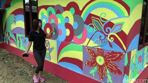 Seluruh rumah di Kampung Majan, Desa Wonoroto, Kecamatan Purworejo yang terletak sekitar 6 KM arah tenggara dari Kota Purworejo itu dicat dengan berbagai warna layaknya pelangi. (Rinto Heksantoro/detikTravel)