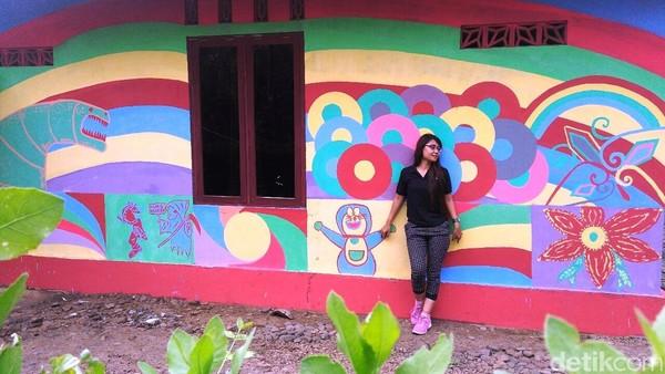 Selama dua bulan berjalan, seluruh tembok dan pagar rumah penduduk telah dihiasi dengan cat warna-warni sesuai selera pemilik rumah. Kedepannya tidak hanya tembok dan pagar saja, namun genting dan jalan desa juga akan ikut diwarnai. (Rinto Heksantoro/detikTravel)