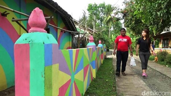 Proses pengecatan itu dilakukan sejak 2 bulan terakhir oleh pemilik rumah masing-masing dengan dana swadaya. (Rinto Heksantoro/detikTravel)