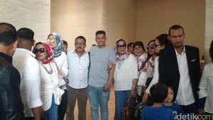 Gaya Kasual Bobby Calon Menantu Jokowi Sambut Keluarganya di Solo