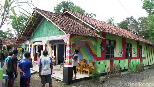 Ide awal pembuatan kampung warna-warni yang disebut kampung pelangi itu berasal dari warga setempat yang merantau di luar kota. (Rinto Heksantoro/detikTravel)