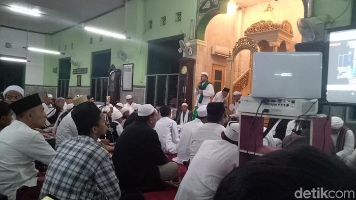 Foto: Slamet Maarif beri ceramah ke Jemaah (Gibran-detikcom)
