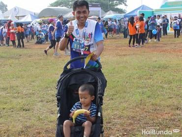Kompaknya ayah dan si kecil berolahraga bareng di CT Arsa Charity Fun Run.
