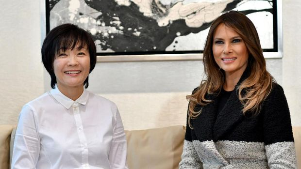 Akie Abe (kiri) dan Melania Trump (REUTERS/David Mareuil/Pool)