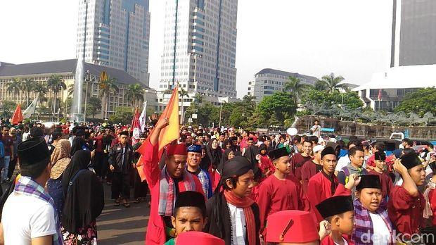 Marching Band dan Adu Pantun Sambut Massa Brigade Jawara Betawi