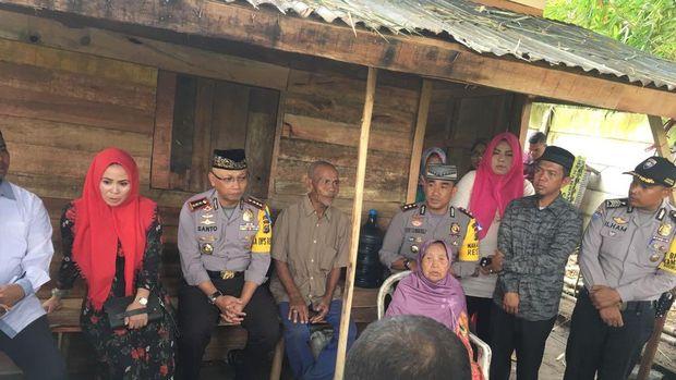 Tangis Kakek-Nenek yang Tinggal di Gubuk saat Dikunjungi Kapolres