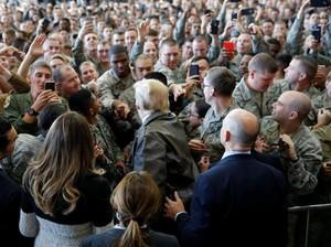Kunjungi Pangkalan Militer AS di Jepang, Trump Diberi Jaket Kulit Penerbang