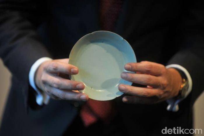 Mangkok ayam ini dibuat pada abad ke 15. Mangkok bernama Meiyintang ini masih menjadi porselen termahal, terjual seharga US$ 36 juta atau setara dengan Rp 486 miliar di rumah lelang Sothebys Hongkong, beberapa waktu lalu.