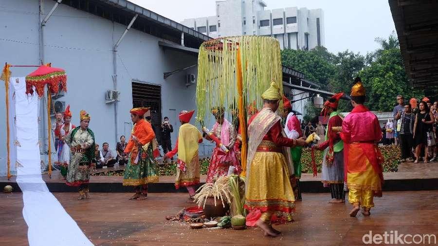 Intip Pembukaan Jakarta Biennale oleh Komunitas Bissu