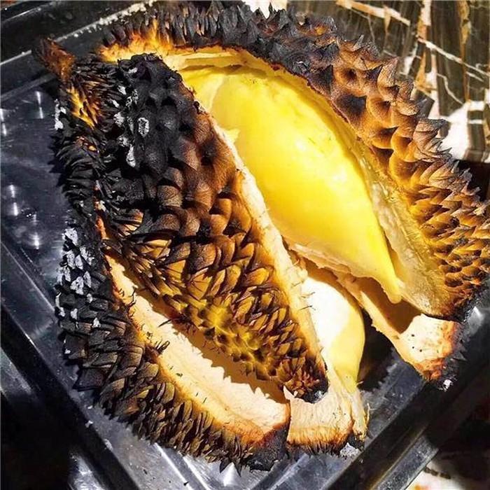 Pernah tahu durian bakar? Di Indonesia dan Malaysia, ada penyajian durian yang unik yaitu di bakar. Konon, durian yang dibakar dalam bara api ini punya citarasa yang lebih kuat. Mau coba? Foto: Istimewa