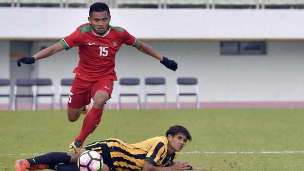 Saddil Ramdani dijatuhkan di dalam kotak penalt oleh bek Malaysia. (