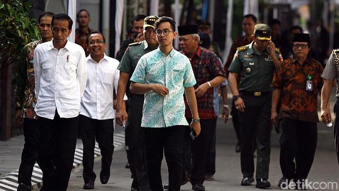 Gibran (kanan) saat menemani Jokowi. (Rengga Sancaya/detikcom)