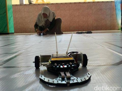 Robot Sumo Karya Santri di Mojokerto/