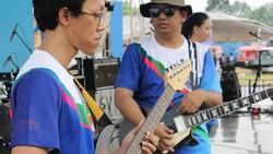 Walau memiliki kekurangan, para tuna netra ini juga memiliki kelebihan yaitu bermain alat musik. Mereka bergabung membentuk band Mitra Netra.