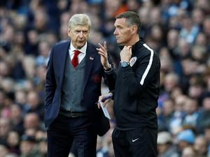 Usai Didakwa FA, Wenger Kini Sebut Wasit Ketinggalan Zaman