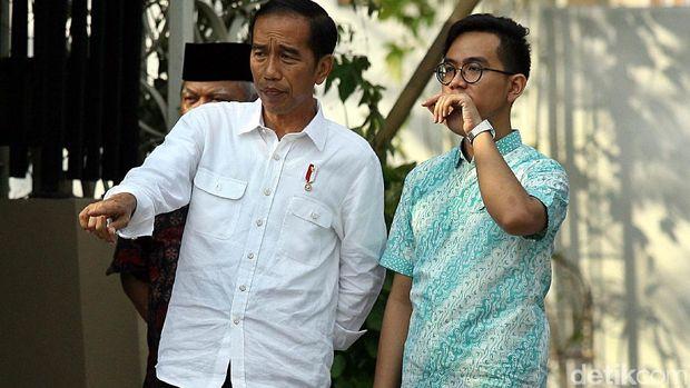 Gibran saat mendampingi Jokowi /