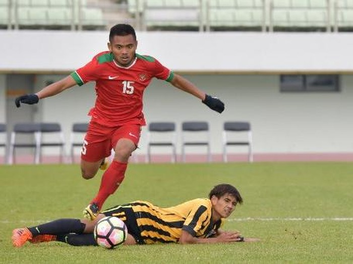Saddil Ramdani (T) of Indonesia vies for the ball with Muhammad Akhyar Abdul Rashid of Malaysia during their AFC U-19 Championship 2018 qualifying round football match in Paju on November 6, 2017. / AFP PHOTO / KIM DOO-HO
