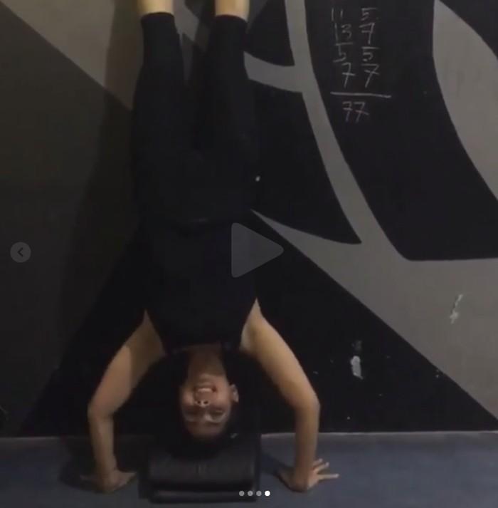 Mementingkan kesehatan, Nadia Mulya sangat gemar olahraga. Olahraga yang ia cintai adalah crossfit, yaitu olahraga yang menggabungkan kardio dan angkat beban. Foto: Instagram/Nadia Mulya