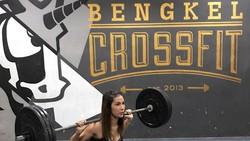 Sebagai penggemar olahraga, Nadia Mulya mengaku sangat mencintai olahraga crossfit, yaitu olahraga yang menggunakan beban. Yuk intip keseruannya.