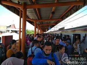 Ada Gangguan Listrik di Stasiun Taman Kota, Penumpang KRL Kepanasan