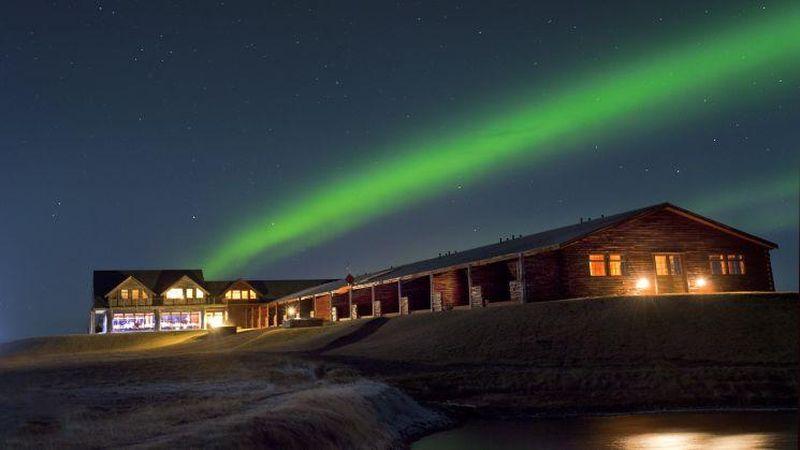 Hotel Ranga, Hella, Islandia, memiliki panorama cahaya aurora bagi traveler di antara September sampai April. Pihak hotel menawarkan pemadaman lampu dan disediakan selimut agar traveler tetap hangat saat menikmatinya di luar ruangan. Cahaya aurora juga bisa dinikmati di ruang observatorium hotel yang dilengkapi dengan beberapa teleskop (CNN Travel)