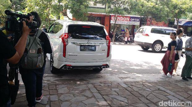 Mobil Gibran tinggalkan lokasi pernikahan Kahiyang /