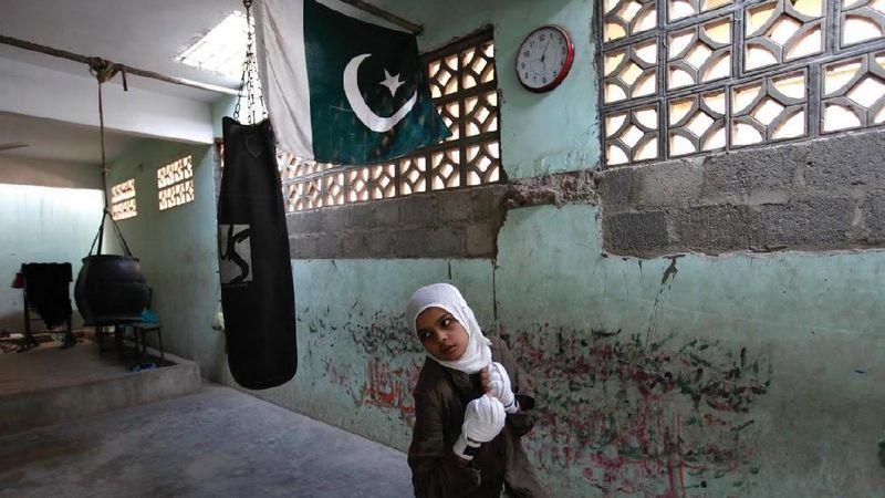Perempuan Pakistan punya cara untuk melindungi diri sekaligus melindungi diri. Wanita-wanita ini mulai berlatih tinju (Akhtar Soomro/Reuters)