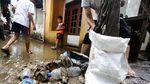 Warga Kebon Pala Bersihkan Lumpur Sisa Banjir
