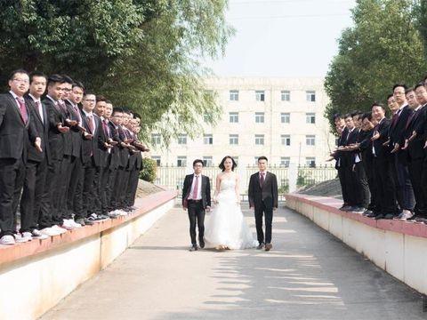Viral Foto Kelulusan Kampus yang Hanya Memiliki Satu Mahasiswa Wanita