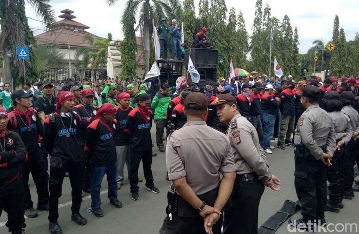 Selama rapat pleno itu berlangsung, seratusan buruh terus berorasi di depan Kantor Wali Kota Cilegon.