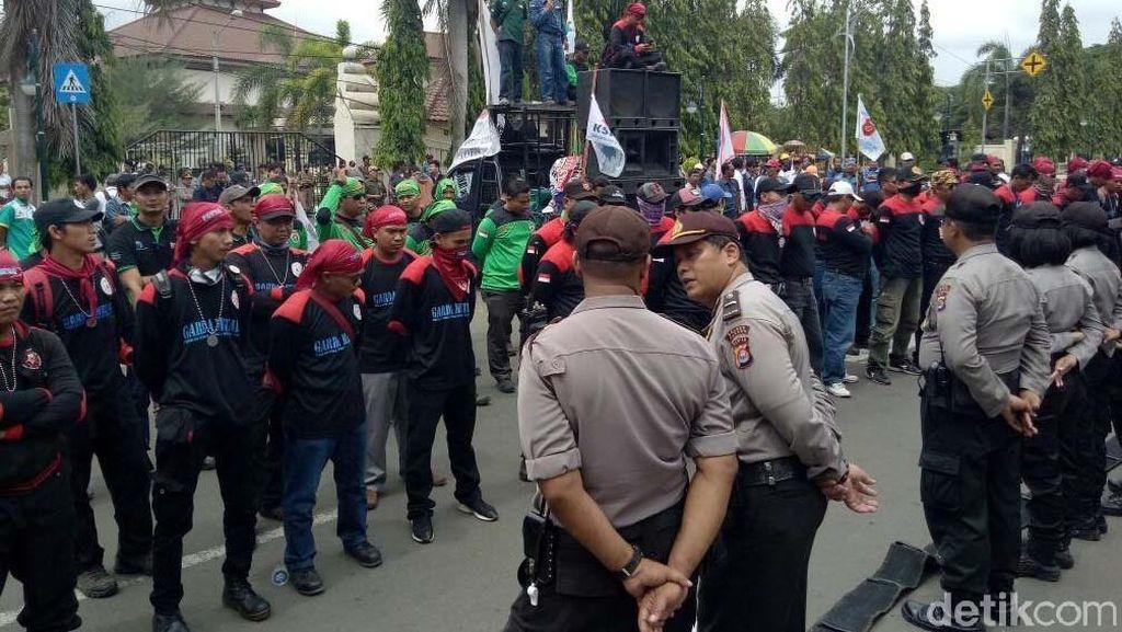 Buruh Cilegon Demo Kenaikan Upah