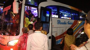 Relawan Rela Berjubel Naik Bus ke Midodareni Kahiyang