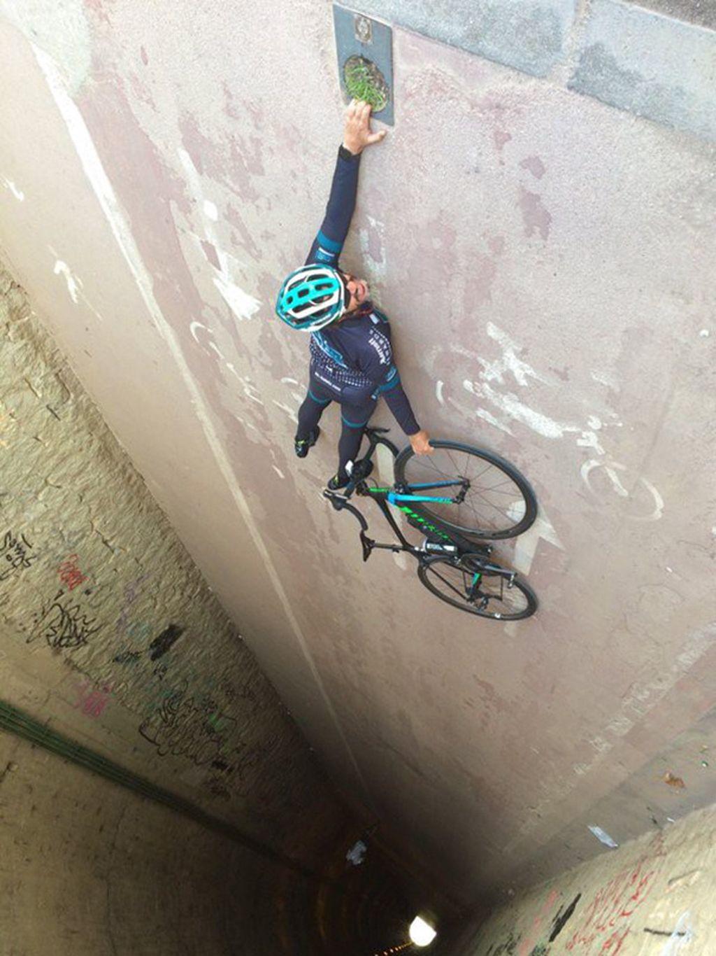 Pesepeda yang terlihat dalam bahaya. Padahal ia hanya tengkurap di jalan. Foto: boredpanda